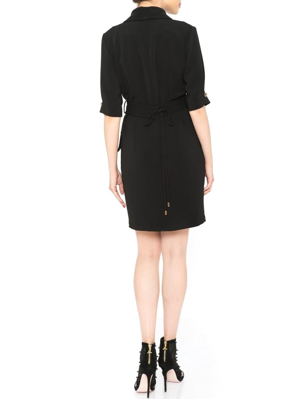 Cumpara rochie scurta neagra din bumbac cu aplicatii din dantela la un pret avantajos. Dolores este o rochie ideala pentru tinutele office datorita croielii clasice si al aplicatilor elegante de la nivelul mansetelor si al taliei. Rochia are linia gulerului rotunjita si se inchide cu fermoar invizibil.Poart-o cu o pereche de pantofi stiletto nude si completeaza tinuta cu un taior clasic. Compozitie: 65% bumbac, 35% elastanIntretinere: spalare automata la 30 de grade Produs in Romania. Haine elegante dama. Livrare gratuita. Rochie deosebita designeri romani.